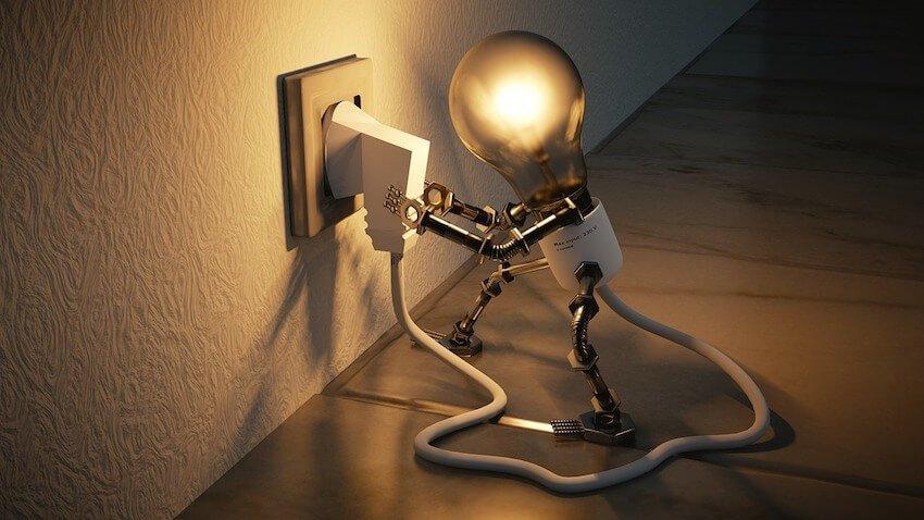 Glühbirne steckt eigenen Stecker in Steckdose und leuchtet