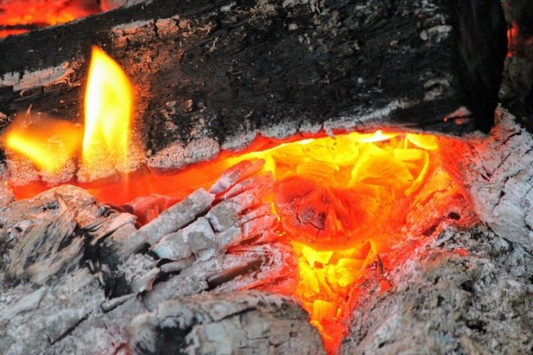 Feuer mit Asche